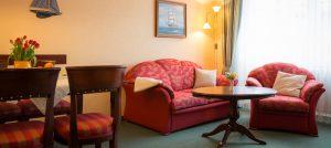 Rügen-Appartement im Ferienhaus Hanseatic – Wohnzimmer der Fewo im Ostseebad Baabe auf Mönchgut
