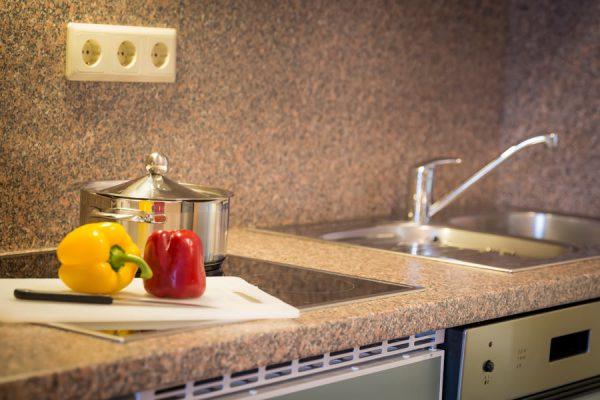 Rügen-Appartements im Ferienhaus Hanseatic – Küche der Fewo im Ostseebad Baabe auf Mönchgut