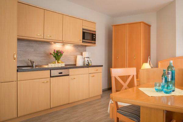 Ferienwohnungen im Ostseebad Baabe auf der Insel Rügen – Wohnzimmer im 1-Raum-Appartement vom Ferienhaus Hanseatic