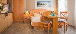 Ferienwohnungen auf der Insel Rügen im Ostseebad Baabe – Wohnzimmer im Appartementhaus Hanseatic