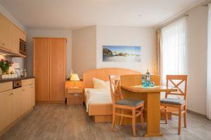 Ferienwohnungen auf der Insel Rügen im Ostseebad Baabe – Zimmer im Appartementhaus Hanseatic