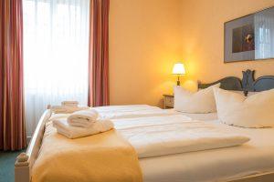 Insel Rügen Appartement – Schlafzimmer mit Bett in der Villa Hanseatic im Ostseebad Baabe