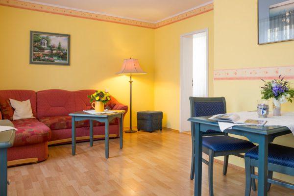 Apartmenthaus Hanseatic auf der Insel Rügen – Wohnzimmer der Fewo im Ostseebad Baabe an der Ostsee
