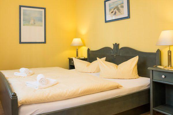 Schlafzimmer der Rügen-Fewo im Apartmenthaus Hanseatic im Ostseebad Baabe