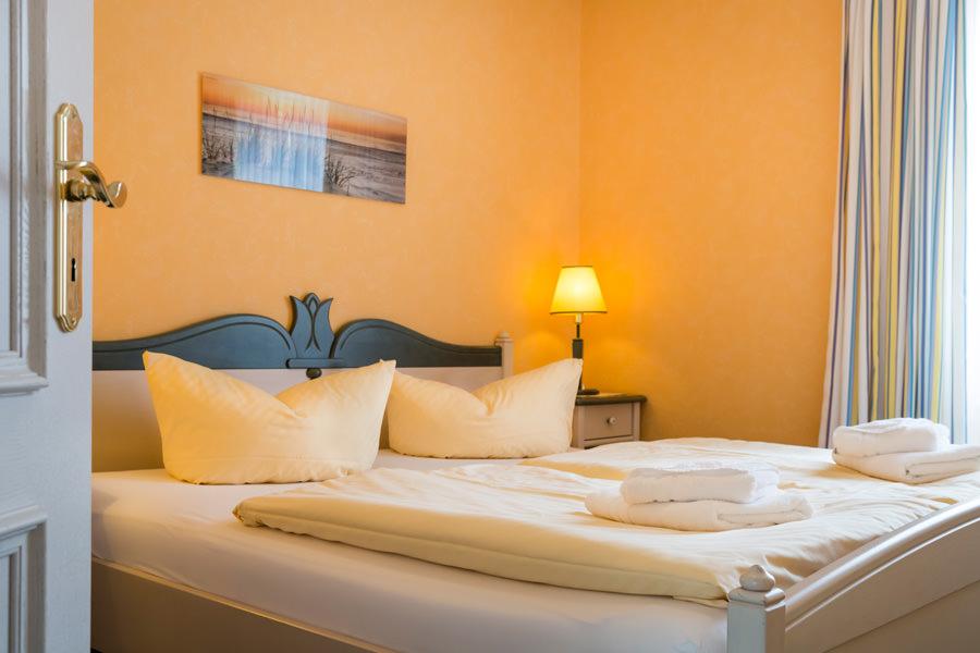 Rügen-Fewo im Ostseebad Baabe – Schlafzimmer mit Doppelbett im Ferienhaus Hanseatic