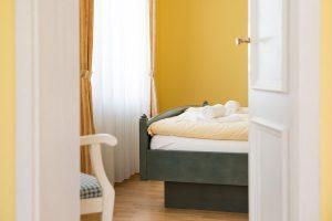 Bett im Schlafzimmer der Rügen-Unterkunft vom Apartmenthaus Hanseatic im Ostseebad Baabe