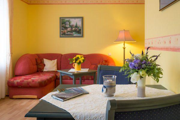 Wohnzimmer in der Rügen-Unterkunft vom Apartmenthaus Hanseatic im Ostseebad Baabe