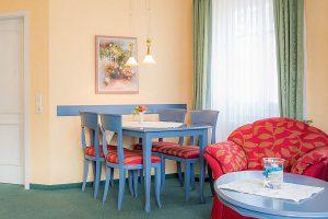 Wohnzimmer der Ferienwohnung vom Appartementhaus Hanseatic im Ostseebad Baabe auf Rügen